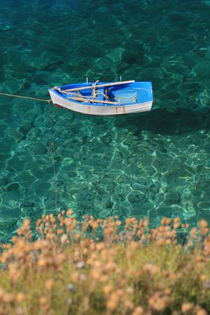 Tradicional griego barco de pesca en una playa en el sur de Peloponeso