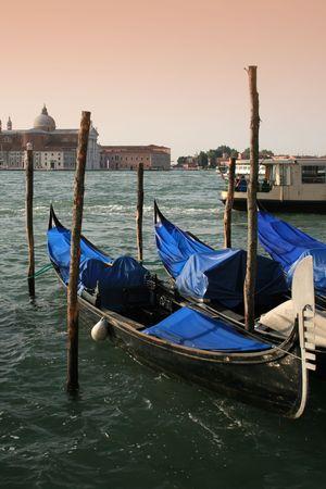 G�ndolas en el muelle en Venecia, Italia  Foto de archivo