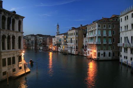 Grand Canal en Venecia, Italia en el anochecer