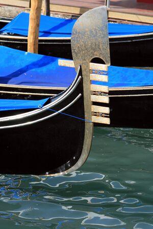 La g�ndola de detalle en un canal en Venecia, Italia Foto de archivo