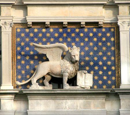 El le�n alado ubicado en San Marcos' s cuadrado, s�mbolo de Venecia, Italia