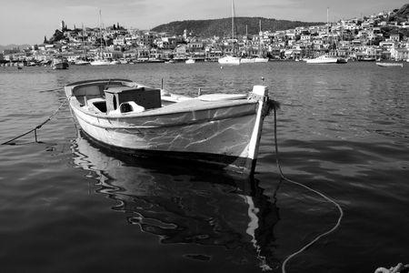 black an white: Vista de la isla de Poros, Grecia y el barco en blanco y negro,
