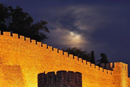 pared iluminada: Noche de disparo de una pared iluminada de fortaleza medieval Kale, Skopje  Foto de archivo