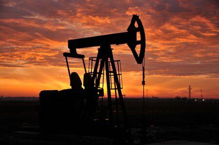 silhouette oil pump Banque d'images