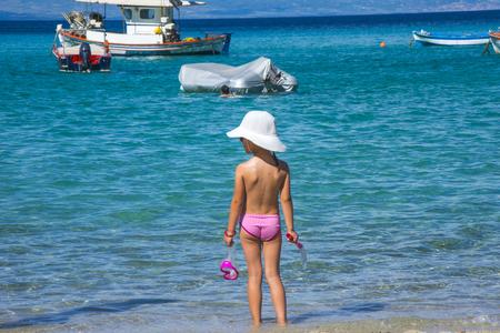 Mooi meisje op tropisch strand
