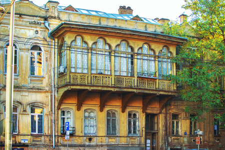 Big beautiful wooden Georgian style balcony on the street of Tbilisi, Georgia 免版税图像