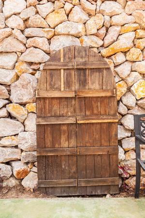 puertas antiguas: Las puertas viejas en el fondo Ston Foto de archivo