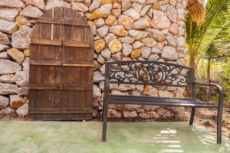 puertas antiguas: Las puertas viejas y el banco de fondo Ston