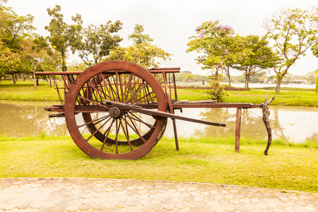 amish: Wooden cartwheel on a wagon