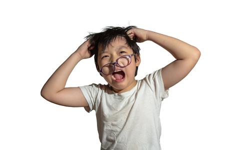 Un niño que sufre de dolor de cabeza con fondo rojo, concepto de violencia y agresión Foto de archivo
