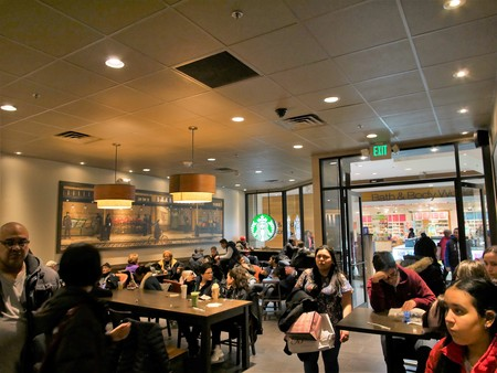 Jersey City, New Jersey - March 18 2017. Starbuck full of patrons inside a mall 免版税图像 - 73981897