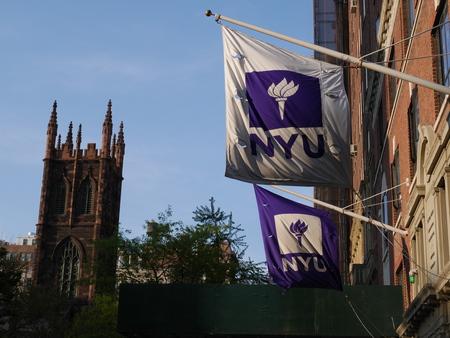 뉴욕 시티 -4 월 29 2017입니다. 뉴욕 대학 건물 밖에 서 플래그입니다.