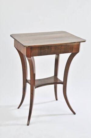 Ancienne petite table magnifiquement élaborée sur fond blanc