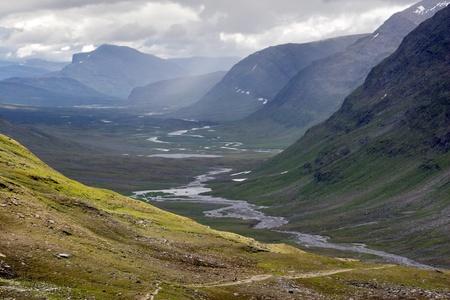 Brede Valley met het voetpad met een van de Kungsleden trail in Noord-Zweden Stockfoto