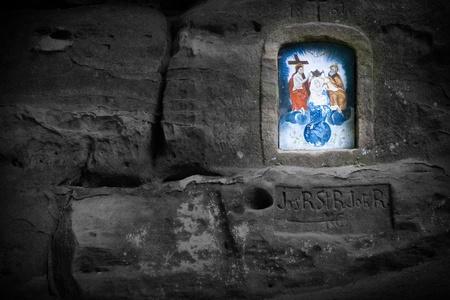 Gekleurde Christian Wayside Shrine Carved in Black Zandsteen Rock