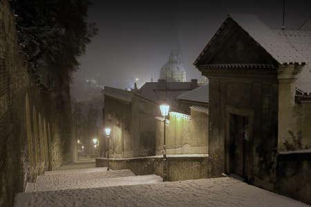 Praagse Burcht trap naar de oude binnenstad van Praag in Nacht van de Winter, Tsjechië