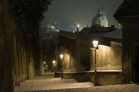 Prague Castle trap leidt tot de oude binnenstad van Praag in Winter Night, Tsjechië