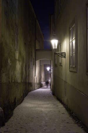 Schaduw Silhouet bij het einde van de oude smalle straat in de winter en de Nacht, Praag, Tsjechië