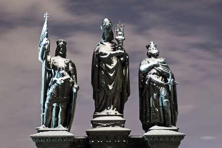 Barokke standbeelden op de Karelsbrug in de Winter Night, Praag, Tsjechië