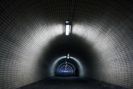 Perspectief door een donkere tunnel Floodlighted door Tubes