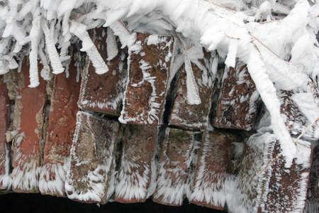 Close-up van rode baksteen bedekt door een Rijp detail