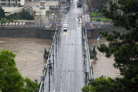 Praag, Tsjechië - 3 juni: Massive Regen veroorzaakt overstromingen in de Tsjechische hoofdstad City op 3 juni 2013. Rising Moldau Gedwongen Veel mensen worden geëvacueerd.