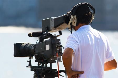 Operador de TV con informes de la cámara