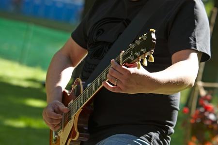 gitar: Electrogitar in hands street musician