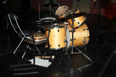 entracte: Entracte - tambours, des chaises et des notes