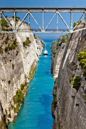 Das Boot überqueren den Corinth Kanal in Griechenland, nicht weit von Athen Standard-Bild - 8587033