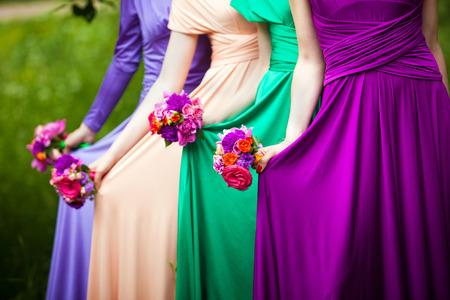 꽃다발과 화려한 드레스에 신부 들러리