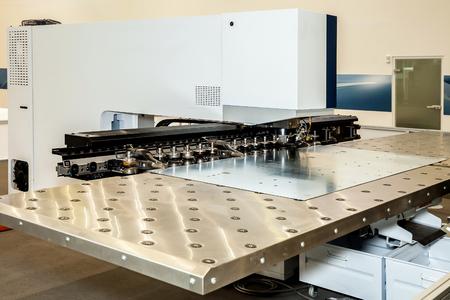highend: Macchina High-end per lamiere punzonatura automatica. Serie di macchine per la lavorazione del metallo