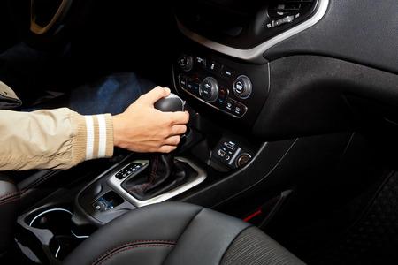 Treiber Mann Hand Automatikgetriebe im Auto Standard-Bild - 45008777