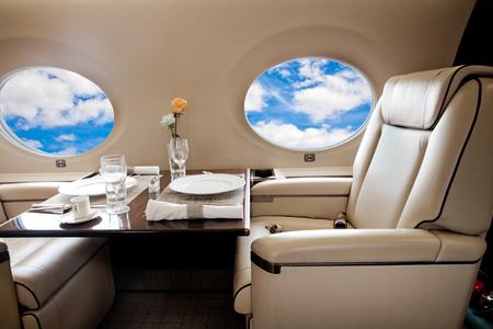 Wolken Blick in Flugzeugfenster, Business-Jet-Flug Standard-Bild - 45736517