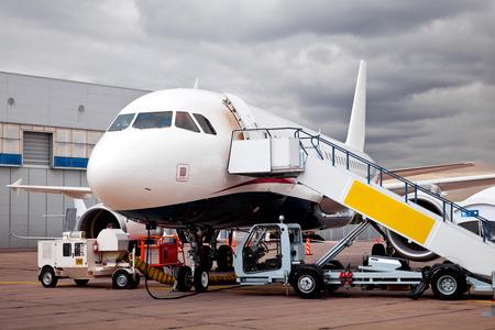 Betankung des Flugzeugs in Flughafen und die Vorbereitung für den Flug