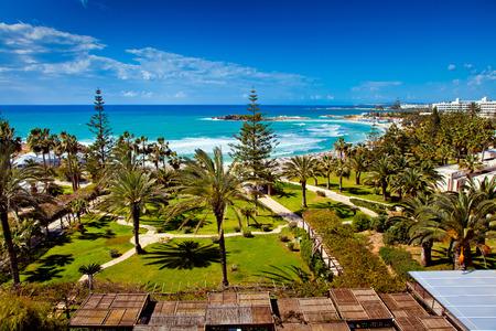 Meer und Strand Blick aus dem Hotelzimmer auf Zypern Standard-Bild