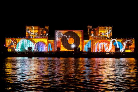 """모스크바, 러시아 - 년 10 월 02, 2015 국제 축제 """"빛의 원."""" 모스크바, 러시아에서 국방부의 외관에 레이저 비디오 매핑 쇼"""