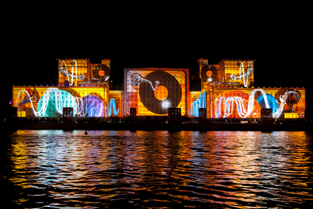 "Moscú, Rusia - 02 de octubre 2015: Festival Internacional ""Círculo de Luz"". Láser show de video mapping en la fachada del Ministerio de Defensa en Moscú, Rusia"