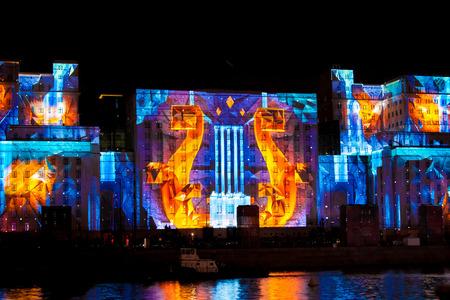 "MOSKOU, RUSLAND - 2 oktober 2015: International Festival ""Cirkel van Licht"". Laser video mapping-show op de gevel van het ministerie van Defensie in Moskou, Rusland"