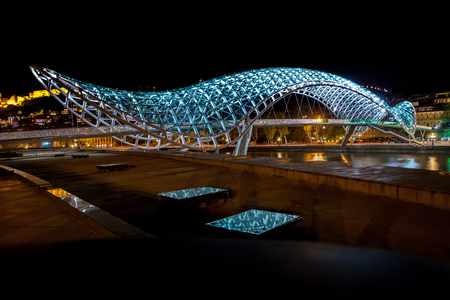bridge over water: The bridge of Prace in Tbilisi, pedestrian bridge over the Mtkvari River in Tbilisi - night shot