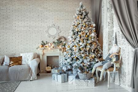 크리스마스와 새 해 선물과 새 해 나무와 인테리어 공간을 장식 에디토리얼