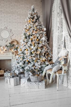 크리스마스와 새 해 선물과 새 해 나무와 인테리어 공간을 장식 스톡 콘텐츠