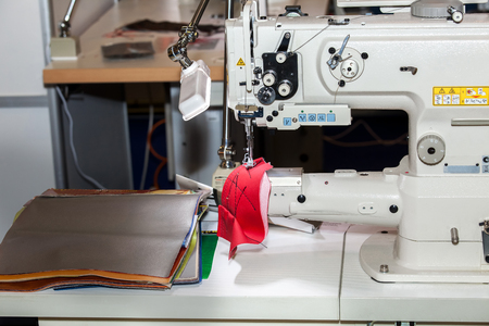 in unison: Single-needle lockstitch sewing machine with bag platform with triple unison promotion for medium and heavy materials
