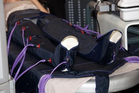 몸의 모든 부분을 쉽게 치료할 수있는 프레스 마사지 시스템. 스파 살롱에서 셀룰 라이트 방지 절차 스톡 콘텐츠