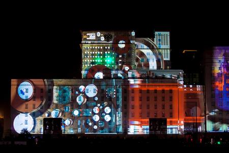 Moscú, Rusia - OCTUBRE 2015: Círculo Internacional Festival de la Luz. Láser espectáculo de video mapping en la fachada del Ministerio de Defensa en Moscú, Rusia