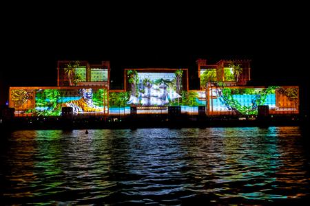 Moscú, Rusia - OCTUBRE 2015: Círculo Internacional Festival de la Luz. Láser espectáculo de video mapping en la fachada del Ministerio de Defensa en Moscú, Rusia Editorial