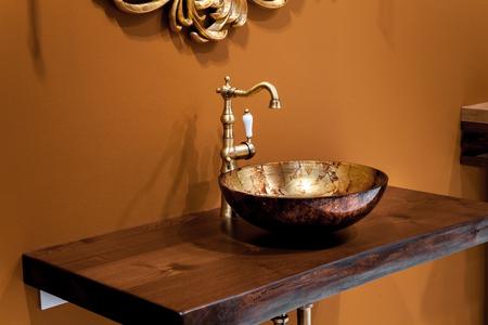 Retro salle de bains de style - vue détaillée de la céramique évier de salle de bain avec robinet d'or Banque d'images