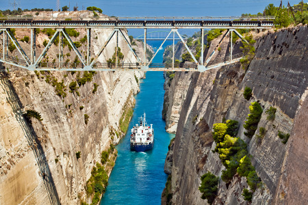 Ship cross The Corinth Canal that connects the Gulf of Corinth with the Saronic Gulf in the Aegean Sea. Stock fotó - 65263415