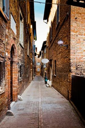 Urbino ist eine ummauerte Stadt in der Region Marken in Italien, mittelalterliche Stadt auf dem Hügel Standard-Bild - 66131732