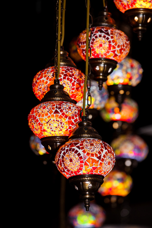 Türkische bunte Lampen auf großem Basar